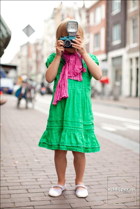 Fotograferend meisje op Haarlemmerdijk - copyright Thomas Schlijper
