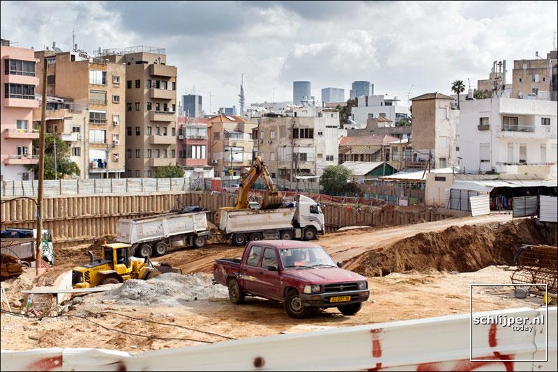 Israel, Tel Aviv, 28 februari 2013 bouwterrein; bouwen; construction zone; building; truck; vrachtwagen